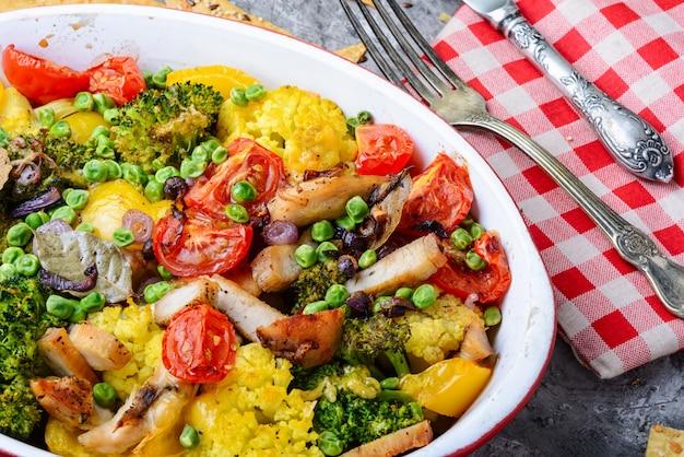 Gebakken groenten met kipfilet