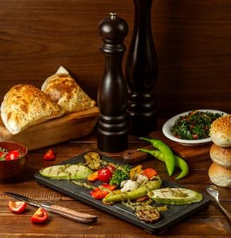 Gebakken groenten op houten bord