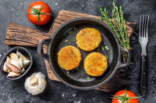 Gebakken groentepasteitjes voor veganistische hamburgers. bovenaanzicht.
