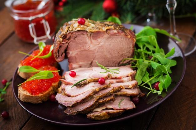 Gebakken ham en rode kaviaar, geserveerd op oude houten tafel.