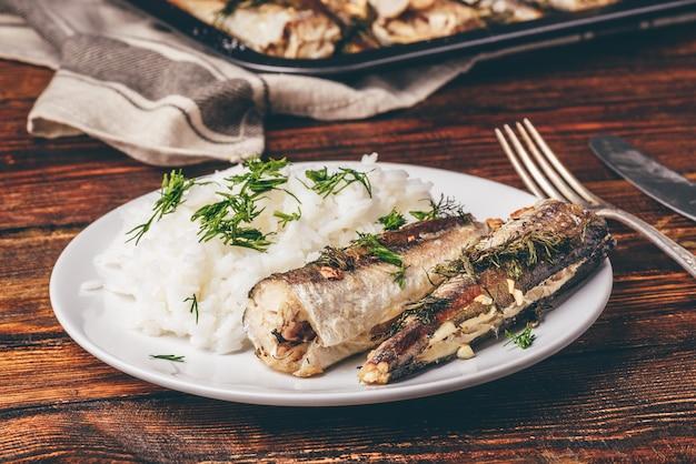 Gebakken heekkarkassen met rijst op witte plaat