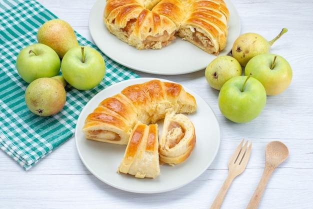 Gebakken heerlijk gebak armband gevormd binnen glasplaat samen met appels en peren op lichte vloer gebak biscuit zoet bakken