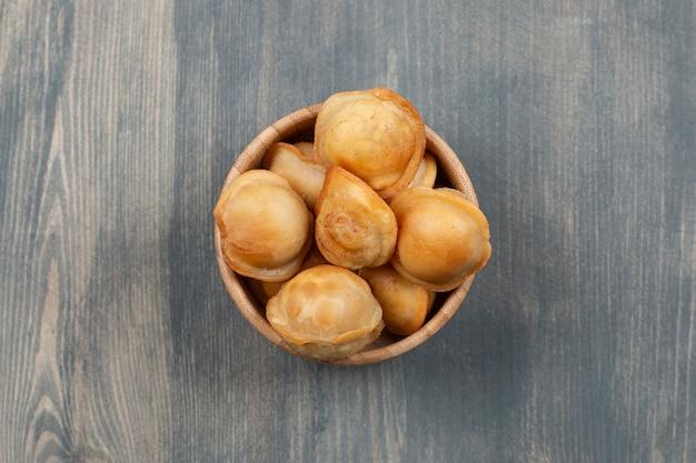 Gebakken heerlijke dumplings in een houten kom