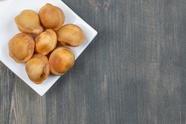 Gebakken heerlijke dumplings in een witte plaat