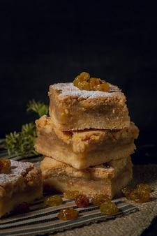 Gebakken heerlijke taart met rozijnen