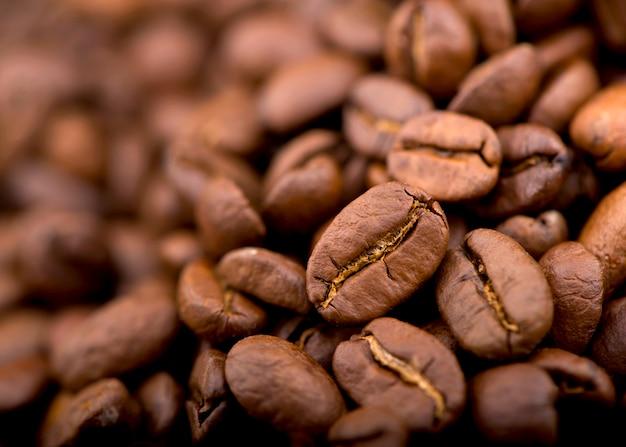 Gebakken helder met rokerige granen, koffiebonen achtergrond