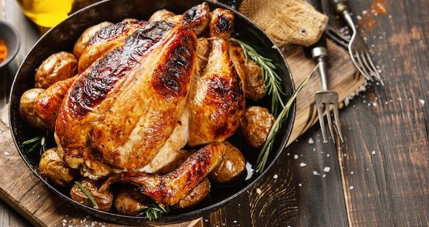 Gebakken hele kip met kruiden op pan