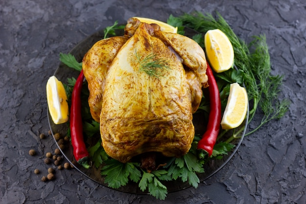 Gebakken hele kip op een schotel
