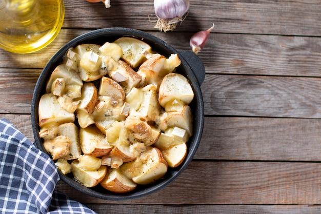 Gebakken in de oven aardappelen met kaas