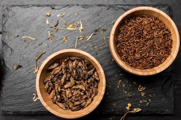 Gebakken insecten in houten kom bovenaanzicht