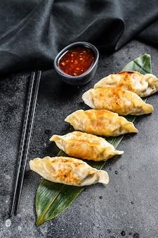 Gebakken japanse gyoza dumplings. zwarte ruimte. bovenaanzicht