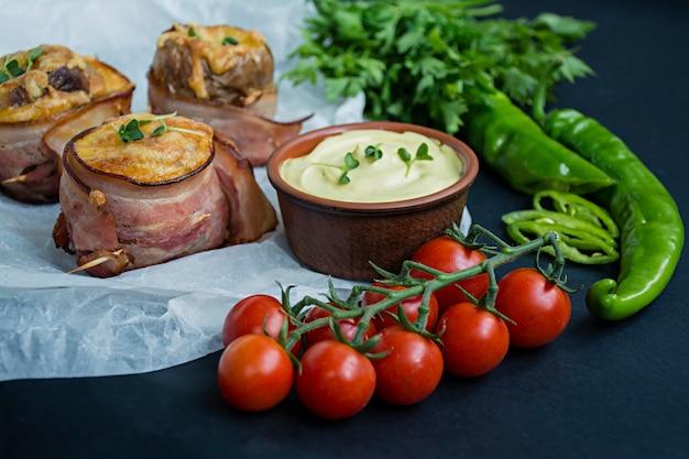 Gebakken jonge aardappelen gewikkeld in spek.