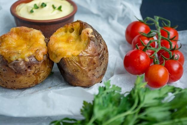 Gebakken jonge aardappelen met kaas ruimte voor tekst.