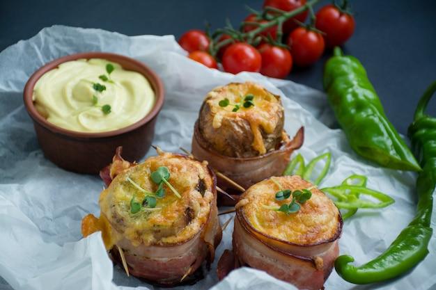 Gebakken jonge aardappelen met kaas, spek