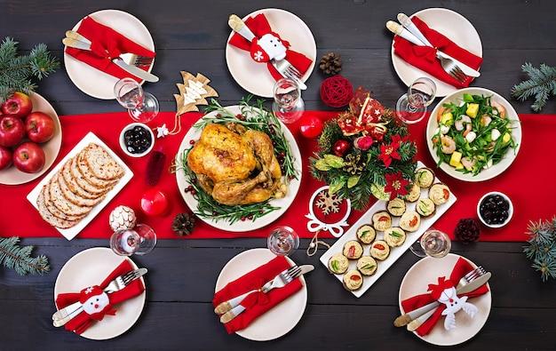 Gebakken kalkoen. de kersttafel wordt geserveerd met een kalkoen, versierd met felgekleurde tinsel