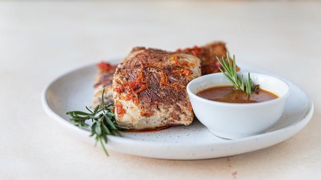 Gebakken kalkoen of kipfilet geserveerd met sinaasappelsaus en rozemarijn. gezond eten
