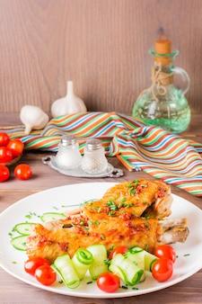 Gebakken kalkoenvleugels met kruiden en groenten
