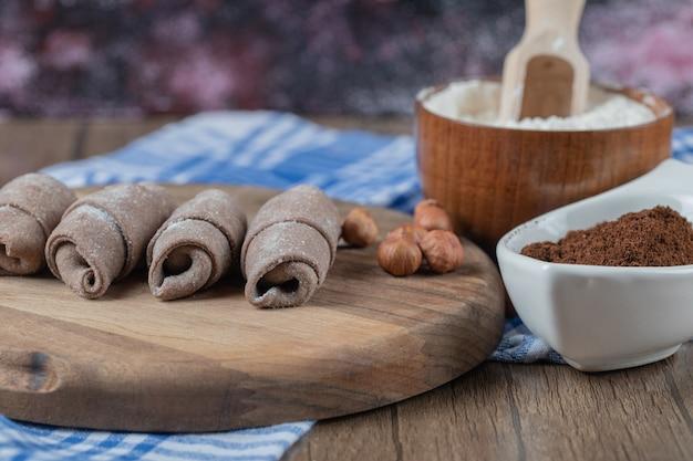 Gebakken kaukasisch mutaki cookies op een houten bord met kaneelpoeder.