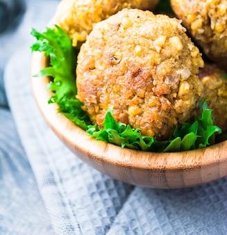 Gebakken kikkererwten falafel en bladeren van groene salade