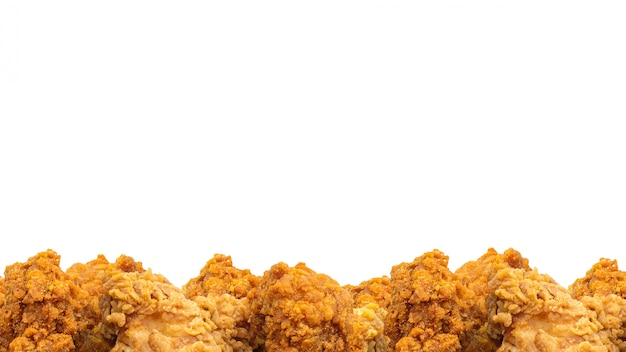 Gebakken kip en copyspace achtergrond. krokant fastfood. (uitknippad)