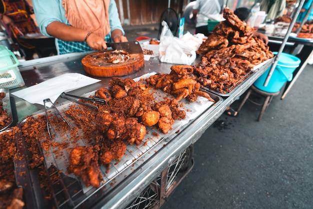 Gebakken kip en kleefrijst in thailand, gebakken kip op de markt