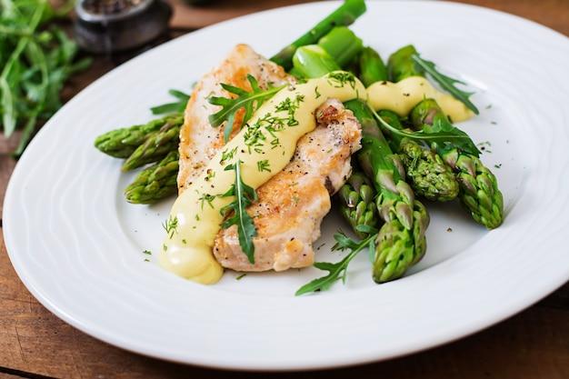 Gebakken kip gegarneerd met asperges en kruiden