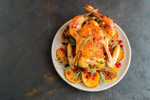 Gebakken kip in de oven, feestelijke schotel,