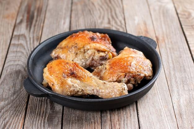 Gebakken kip in een pan eigengemaakt voedsel