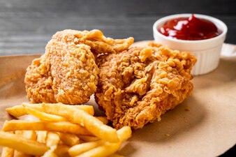 Gebakken kip met friet en nuggets maaltijd