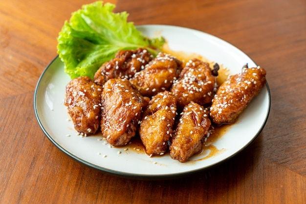 Gebakken kip met koreaanse pikante saus en witte sesam