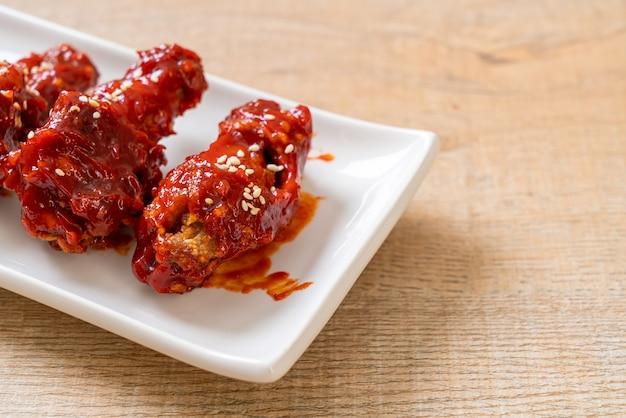 Gebakken kip met pikante saus in koreaanse stijl