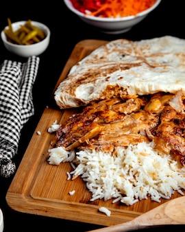 Gebakken kip met rijst en lavash
