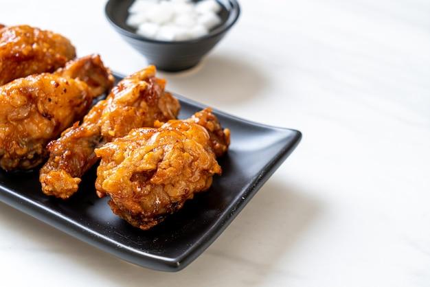Gebakken kip met saus in koreaanse stijl