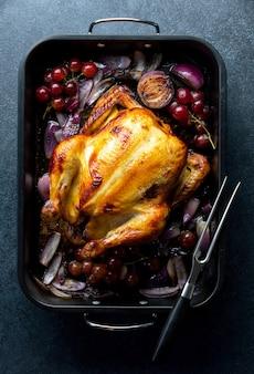 Gebakken kip of kalkoen in een donkere bakplaat, klaar om te eten, van bovenaf bekeken