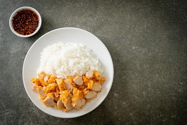 Gebakken kip op rijst met pittige dipsaus