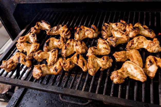 Gebakken kip vleugels bij grill barbecue. restaurant.