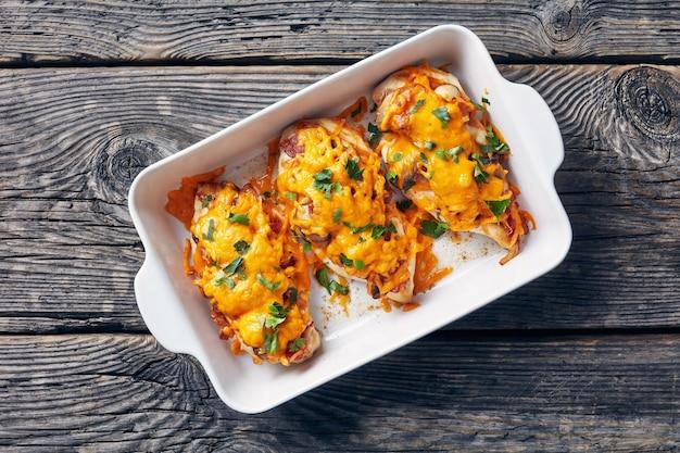 Gebakken kipfilets met gebakken champignons, krokant spek, gesmolten cheddarkaas en honing-mosterd dipsaus