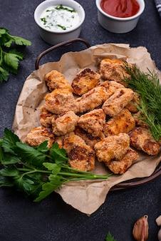 Gebakken kipnuggets met sauzen en groenten