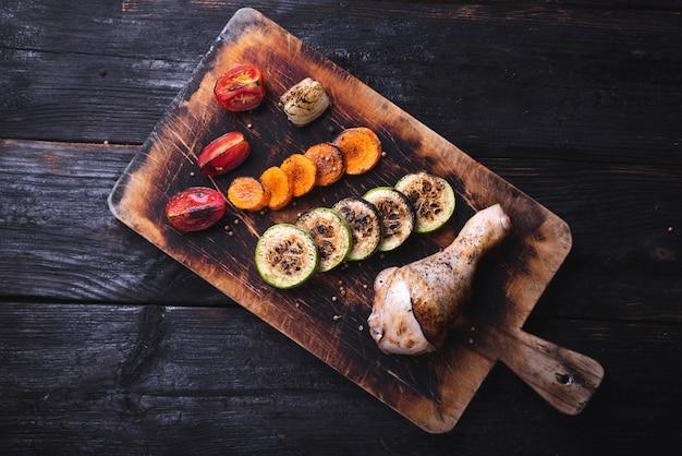 Gebakken kippenbout met knapperige korst, heerlijke gegrilde groenten
