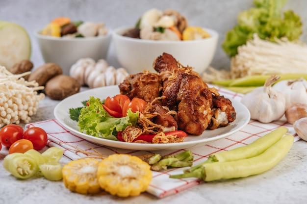 Gebakken kippenbout met tomaat, chili, gebakken ui, sla, maïs en naaldchampignon.