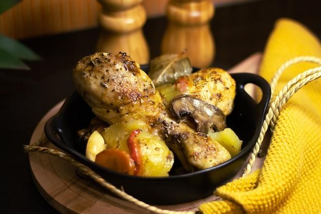 Gebakken kippendijen met saus en groenten