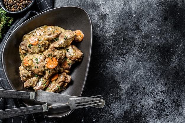 Gebakken kippenlever met uien en kruiden