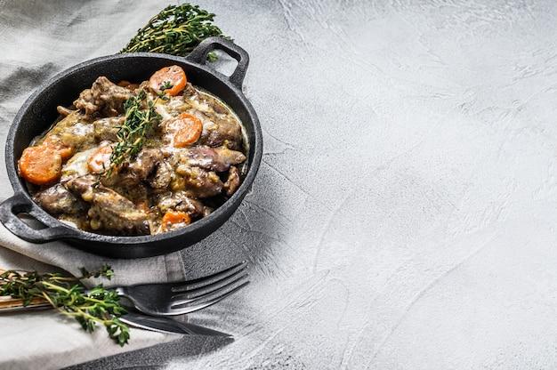 Gebakken kippenlever, slachtafval met uien in een koekenpan