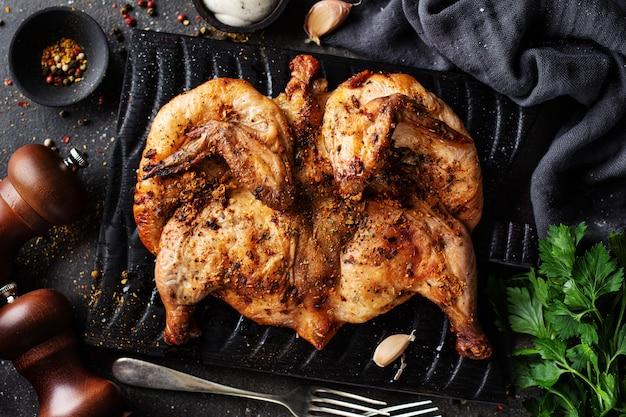 Gebakken kippentabaka met kruiden