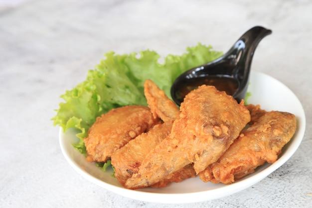 Gebakken kippenvleugel op het favoriete voedsel van de plaat in azië