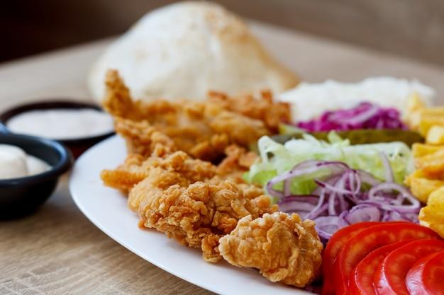 Gebakken kippenvleugels en groenten
