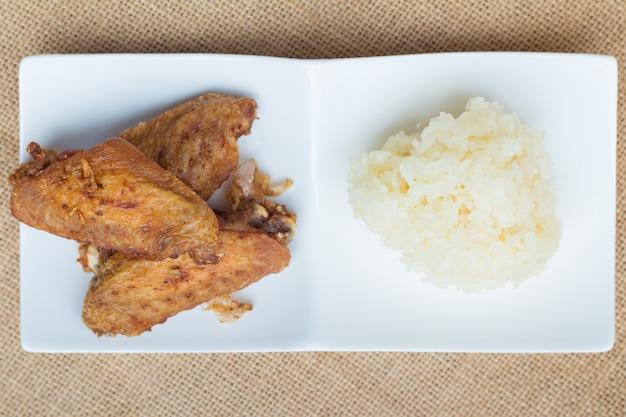 Gebakken kippenvleugels en knapperige knoflook met kleefrijst