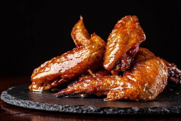 Gebakken kippenvleugels geglazuurd in honingsaus