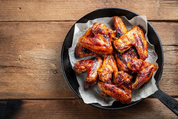 Gebakken kippenvleugels in barbecuesaus.