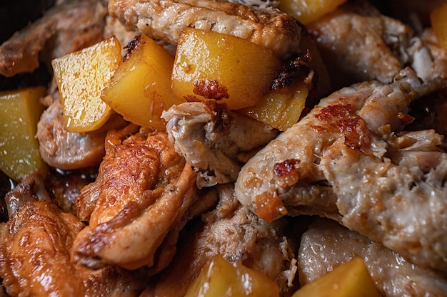Gebakken kippenvleugels met aardappelen worden gekookt in een pan, close-up met ondiepe scherptediepte